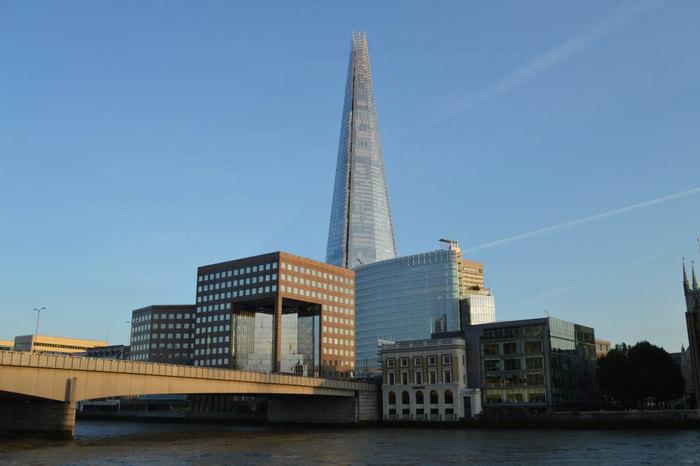 ザ・シャードは、2008年から2012年にかけてロンドン中心部に造られた超高層ビルです。2013年の開業以来、ロンドンの新名所として大勢の観光客で賑わっています。高さ310メートル、87階建てのザ・シャードは、EU(ヨーロッパ連合)で最も高いビルでもあります。