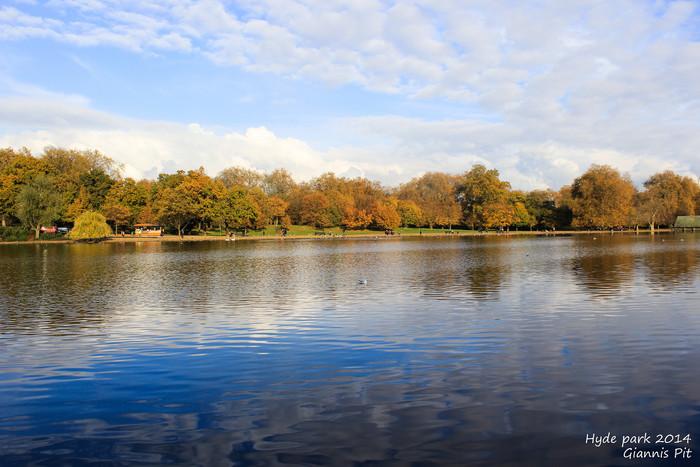 ハイドパーク内にある大きな池の周囲の美しさは格別です。静かな水面が周囲の森の美しさを引き立てており、池周辺に広がる景色は絶景そのものです。
