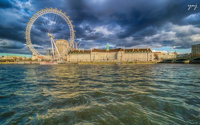 テムズ川畔のロンドン・アイは20世紀最後の年、1999年にミレニアム記念プロジェクトの一環として開業された巨大観覧車です。