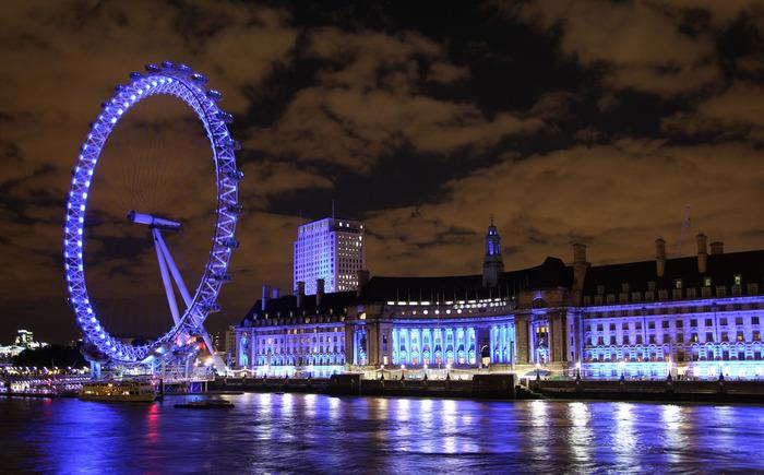世界最大の観覧車(※)としてギネスブックにも登録されたロンドン・アイは人気を博し続けています。夜になると七色にライトアップされ壮麗な姿を見せてくれるロンドアイは、今はロンドンを代表する観光名所の一つとなっています。  ※開業当初の1999年はロンドン・アイが世界最大の観覧車でしたが、現在はロンドン・アイの高さを超える観覧車が世界各地で造られています。