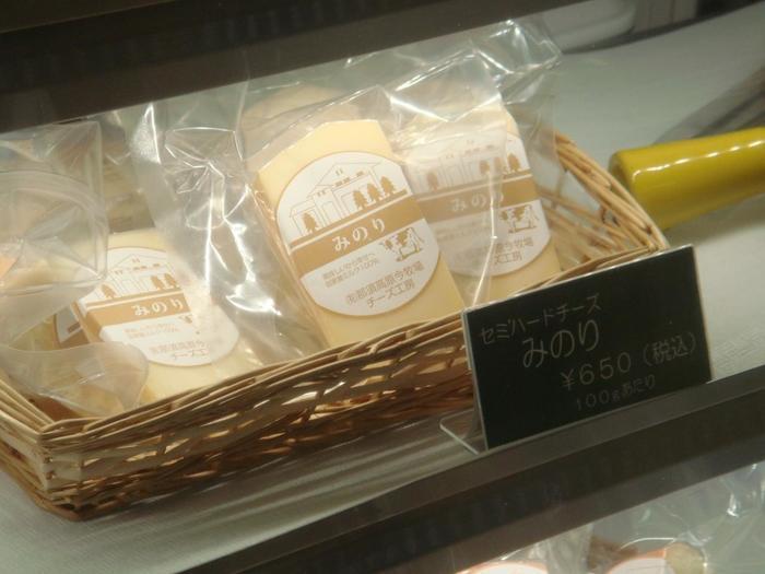 お店のショーケースには数種類のチーズのみ。牛の生乳から出来るチーズは5種類。山羊の生乳からは2種類。+チーズフォンデュ用のチーズを取り揃えています。