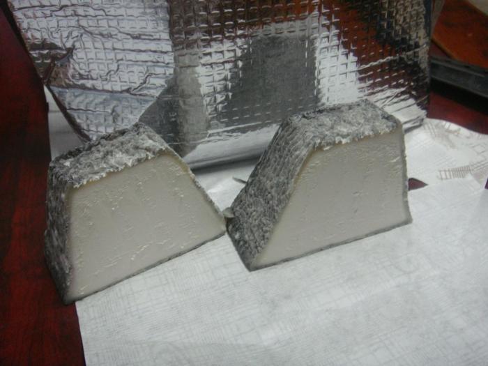 こちらは栃木の名峰「茶臼岳」をイメージして作られた山羊のチーズ。チーズ本来の風味を保つ為に、合成添加物や合成保存料は一切使用していません。その代りに用いられる食用健康炭がチーズの表面をまといます。最高級と絶賛されるチーズを是非味わってみて下さい。