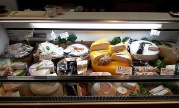 店内の出入り口付近には、チーズやソーセージ類のショーケースが並びます。その種類の多さの驚き!ここでしか手に入らないような珍しいチーズもたくさん!