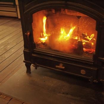 夏は爽やかな新緑が広がって、秋は紅葉、冬には雪の中にも温かさを残す薪ストーブがお出迎えします。施設内には、フィンランドにちなんだお店がたくさん!薪ストーブ博物館の奥に小さな北欧雑貨のお店も♡かわいいアイテムが揃っていますから、是非覗いて欲しいです。