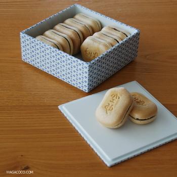 空也最中がきれいにおさまっているのは、つるりとクールなTIME & STYLE の磁器製重箱です。 日常のうつわにもなじみやすいから、おこうこや常備菜、おつまみのナッツを入れ、小鉢のような扱いで、ふだんの食卓にのせても。