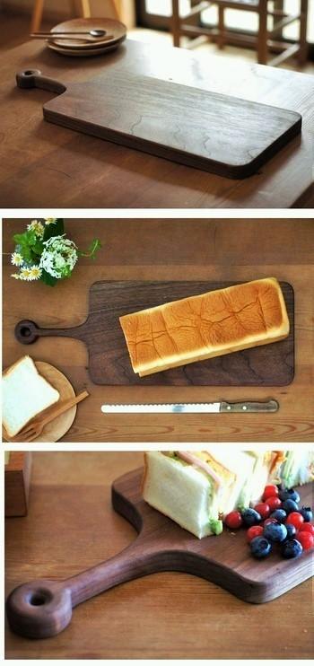 アトリエつみき屋(愛知県春日井市)製作の「Longカッティングボード」は、ウォルナット材から作られました。フォルムに沿って、サンドイッチを細長ーく盛り付けても。