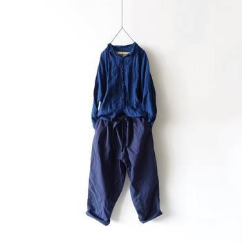 同じブルー系統の天然素材のパンツと合わせたスタイリング。素材感とグラデーションを見せる着こなしもおしゃれですね。