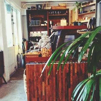 """たとえば、本が好きな方ならブックカフェ、お花に癒されたい方はお花屋さんが併設しているカフェなど。そんな風に一挙両得で楽しめ、癒されるカフェに出かけてみるのはいかがでしょうか?今回は、都内でおすすめの""""カフェ+α""""なお店をいくつかご紹介します。"""