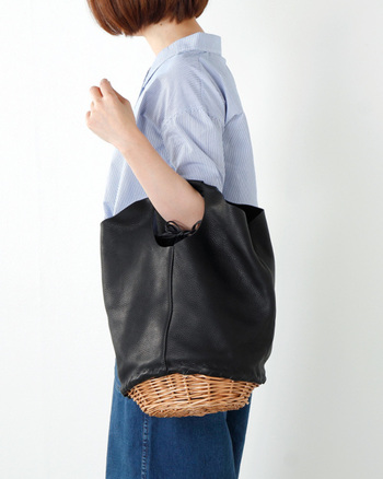 シュリンクレザーと柳(ウィロー)素材のカゴ編みを組み合わせた、異素材のコラボレーションがお洒落なバッグ。柳素材は通気性の良さが特徴でざっくりと編んだかわいらしさが魅力。