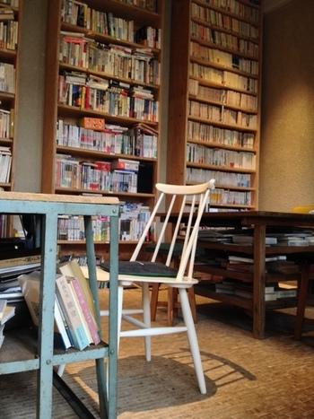 店内はずらりと本が並んでいます。気になるものを手に取って、ゆっくりと読書にふける時間もまた有意義です。