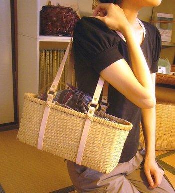 古くから細工物・工芸品などに使われてきた九州産のしなやかなマダケを手作業で加工した竹かごバッグ。長めの持ち手は牛革で持ち運びしやすい作り。