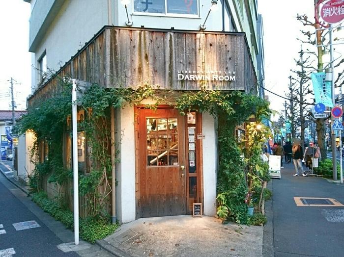 下北沢駅から徒歩5分の場所にある「ダーウィンルーム」は、チャールズ・ダーウィンが過ごした田舎屋の風景をイメージして作られたお店。蔦の絡まる外観を見ているだけでワクワクしますね♪