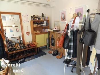 広い店内には靴・洋服・雑貨などオリジナルのものが販売されています。何気なく立ち寄ったカフェでお気に入りの雑貨が見つけられると嬉しくなりますよね。