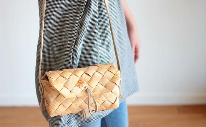 ざっくりと大きな編み目が特徴の、フィンランドの職人さんが作った白樺製のかごショルダーバッグ。近所の買い物に連れていくのが楽しくなりそうなほっこり感も魅力です。小ぶりながらしっかりマチがあるので、財布、携帯、文庫本が収まります。