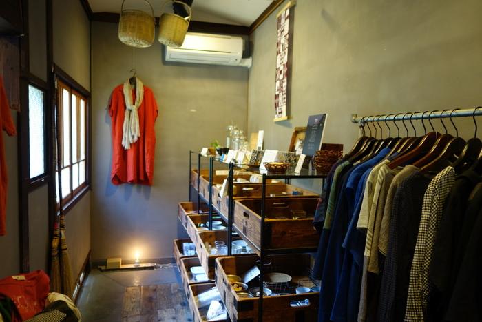 店内にはシンプル&ナチュラルなお洋服や、本店のある島根の物産などが販売されています。これからの季節にピッタリのワンピースも見つけられそうですね。