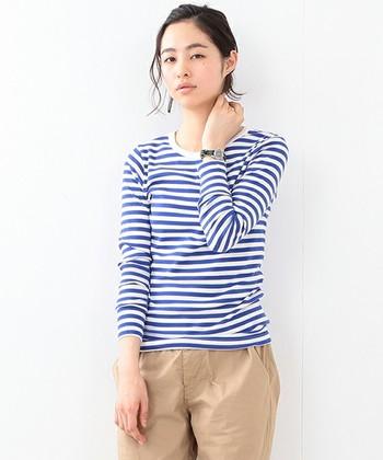 定番のボーダーTシャツも、夏らしいコバルトブルーをチョイスして。チノパンと合わせた爽やかなベーシックスタイルです。