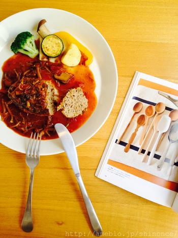 デミグラスソースのハンバーグと旬野菜の組み合わせ!お料理も美味しそうですが、器やカトラリーのシンプルなのに可愛い!というところにもセンスを感じます。