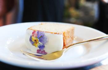 食べるお花「エディブルフラワー」を使用したお花のジンジャーケーキ。卵・牛乳・小麦粉を使用せず、米粉を使用した素朴な味わい。ジンジャーが香ってとっても美味しいです。