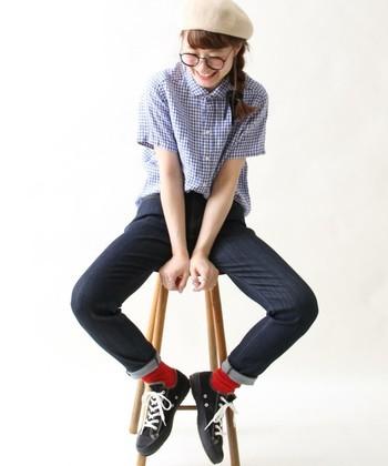 ロールアップはデニムの丈を調節するだけでなく、このように靴下を見せてコーデのポイントするのもあり◎