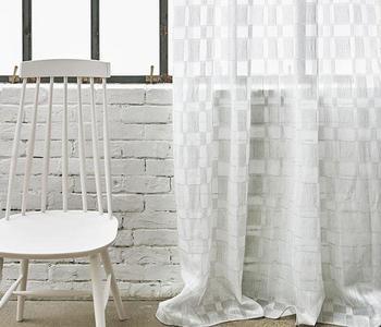 布の中を糸が漂うようにデザインされた生地。「風通織り」と呼ばれる特殊な織り方で市松模様を表現しています。和と洋がマリアージュした個性的な表情は、お部屋のアクセントになりそう。 エンファジー フラットカーテン/ACTUS