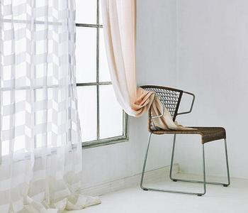 透明感のある生地に、カットで陰影を表現したパターンが印象的。北欧系のインテリアと相性のいい、スタイリッシュなデザインです。 シャンテ フラットカーテン/ACTUS
