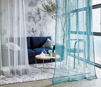 空気そのもののようなシアーな質感と、ニットのように絡み合う糸目が魅力。窓辺だけでなく、涼やかな間仕切りにとして使っても◎です。(ジャンティ フラットカーテン/ACTUS)