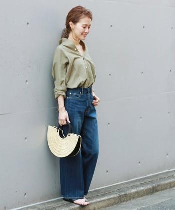 ワイドデニム×シャツの組み合わせは、程よいリラックス感ときちんと感を演出することができます。トレンドの抜き襟の着こなしは、髪をまとめると首回りがすっきりとして女性らしさが引き立ちますよ。