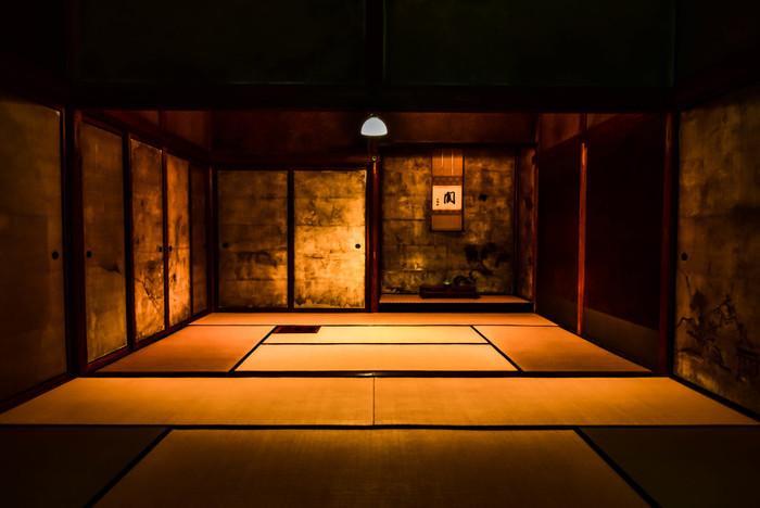 高桐院 意北軒は、千利休の邸宅を移築したと言われる夢のような書院です。千利休がここで一人静かに茶を点てたのでしょうか。壁や襖にはイカ墨を練りこみ雨漏りの滲みまでもリアルに表現しています。斬新でモダンに侘び寂びを表現した素晴らしい室礼ですね。