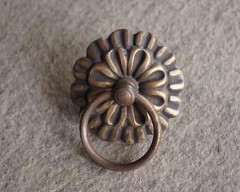 真鍮の取っ手・・・アンティーク調のお花の形が素敵ですね!ドアノッカーとしても使えます。