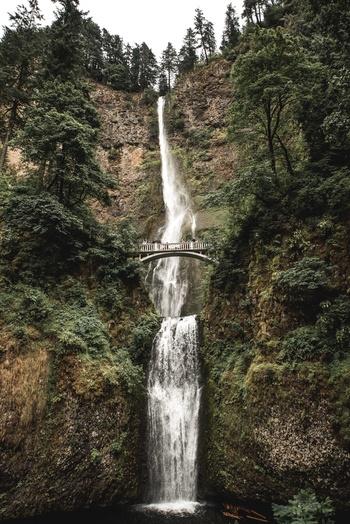 ダウンタウンから車で30分ほどの距離にあるマルトノマ滝。オレゴンでもっとも高さのある滝で、189mの高さから水が流れ落ちる様子は圧巻です。