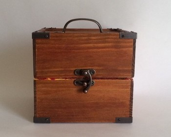 木製 クスリ箱・・・レトロな隅金具を施し、まるで和ダンスのミニチュアのようですね!アクセサリーケースや裁縫箱にもなりそうです。