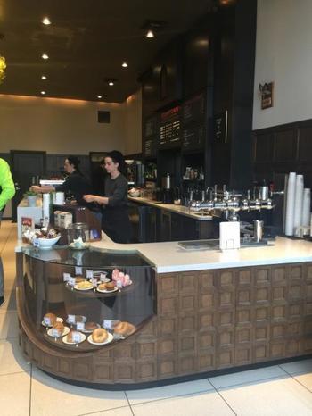 エースホテルに併設する、ポートランドを代表するロースターカフェ、スタンプタウン・コーヒー。1999年にダウンタウンから外れたデビジョン・ストリートに1号店をオープンし、現在ではポートランドに6店舗あります。