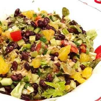 ヘルシーで美しい料理ということで、SNSで話題になっている料理。作り方に絶対的なルールはなく、雑穀の上に細かくカットした野菜を沢山盛り付けた「お野菜のどんぶり」です。お皿に山のように盛り付けられた野菜の様子が、仏様のぽてっとしたお腹に似ているのが名前の由来だそう。
