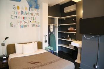 部屋はとっても快適かつユニーク。地元の若手アーティストたちの作品が壁に描かれていたり、センスの良いインテリアが使われていたりと、すべての部屋のテイストが異なるので何度も泊まってみたくなります。