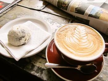 ケメックスで一杯ずつ丁寧に淹れてくれるコーヒーは香り高く、すっきりとした後味が特徴です。