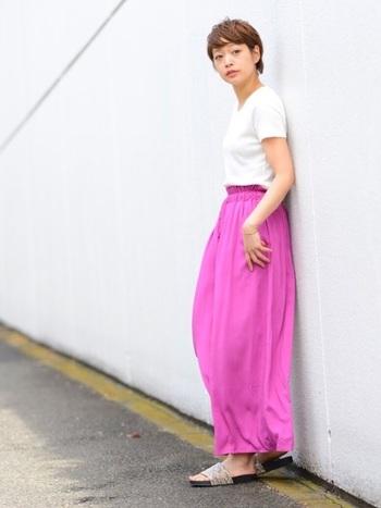 パラッツォパンツは色や柄のバリエーションがとても豊富です。コーデの主役級の華やかさなので、トップスや小物はシンプルにまとめるのがおすすめです。 Tシャツとフラットサンダルを合わせた夏の定番スタイルも、旬の装いに。