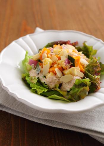 キヌアやかぼちゃ、チーズのサラダに、さっぱりとしたヨーグルトベースのドレッシングをかけて。ドレッシングにツナを使うので、少量でも栄養満点で満足度大の一皿になります。