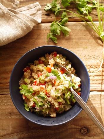 紫たまねぎやパプリカ、セロリを細かく刻み、炊いたキヌアと混ぜ合わせることで、手軽に彩りの良いサラダに。こちらもナンプラーで味付けするので、エスニックな味を楽しめます。