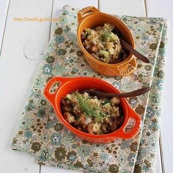 コストコで販売されているキヌアのサラダを参考にしたというこちらのレシピ。蒸し鶏をメインとしたボリューム感のあるサラダは、クミンの風味がポイントになって食欲をそそります。