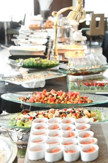 """""""ロイヤルパークホテル ザ 汐留""""の24階にある「ハーモニー」。シェフはル・テタンジェ国際料理賞コンクール・ジャポン優勝経験もあるそう。確かな味のお料理が種類豊富に用意されています。"""