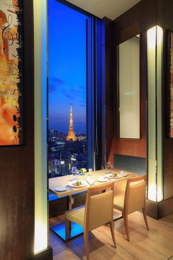 地上約100メートルから眺める景色にうっとり。東京タワーや浜離宮恩賜庭園が望めます。ディナータイムにもまた違った雰囲気が楽しめますね◎