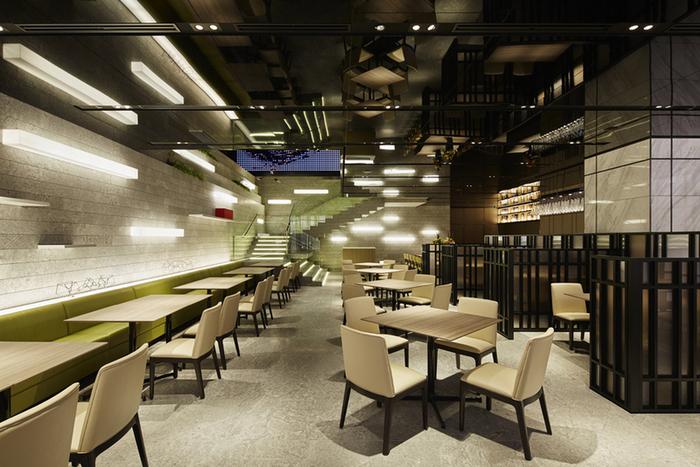 店内は吹き抜けで開放感があります。席も広々としたつくりになっており、落ち着いて食事を楽しむことができます。