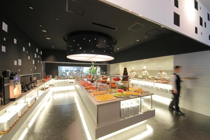 """""""コートヤード・マリオット 銀座東武ホテル""""内のレストラン「フィオーレ」は、NYを意識したモダンなつくりでとってもオシャレ♪"""