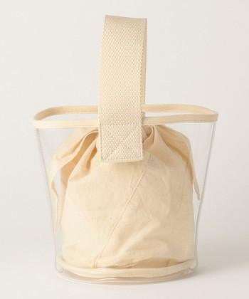 バケツ型バッグをビニール素材にすることで、より洗練された雰囲気になるのが不思議。でもこれは、本当の話。とてもシンプルなのに、すごく洒落ている空気感をつくるのが上手なのです。