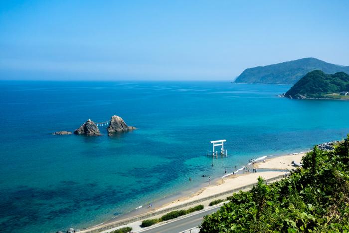 糸島は福岡県の西に位置する海辺の町です。静かで美しい海岸線と、遠くに臨む玄界灘は豊かな自然を味わわせてくれます。海辺には名勝も多く、海岸線を散策するだけで様々な景勝地を訪れることができます。そんな自然豊かな地「糸島」にあるおすすめカフェをご紹介します。
