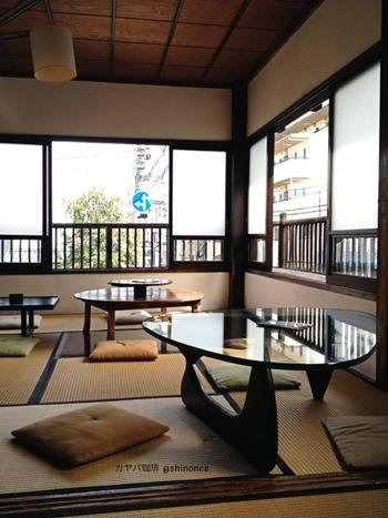 2階席は落ち着いた和室です。心地よい風が吹きそうな、明るい窓がたくさん。