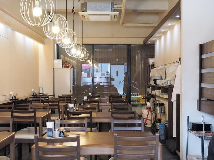 出汁や鶏ガラスープを使い「京風中華」の礎を築いたのが、大正時代に来日した料理人・高華吉さん。京都初の中国料理店「支那料理 ハマムラ」でシェフを勤めた後に独立。「飛雲」「第一樓」と数々の名店を手がけ、その集大成として出店したのが伝説の名店「鳳舞」でした。2009年に惜しまれつつ閉店した「鳳舞」で42年間鍋を振っていた福田さんが料理長を勤めているのが、ここ「鳳泉」です。