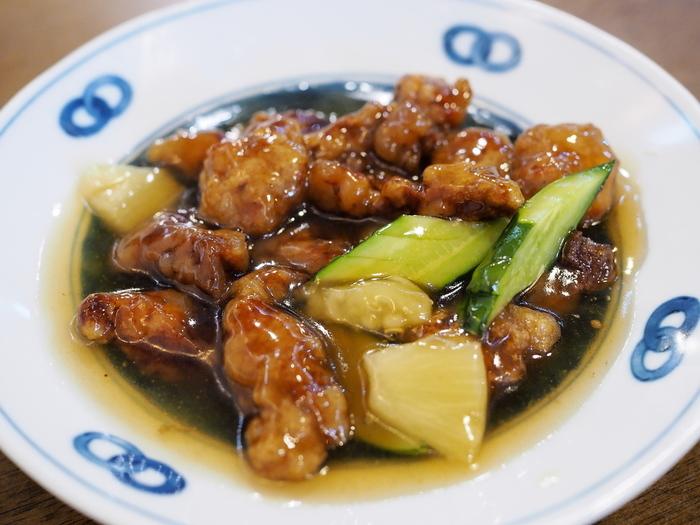 名物料理のひとつ、古老肉(スブタ)。パイナップルだけでなくライチや胡瓜を加え、甘みと酸味が融け合った深い味わいが特徴です。