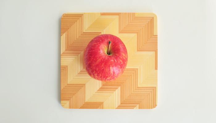 木の質感だけでなく模様も楽しめるプレートは、自然とユニークの融合☆表面が平らなところもさらっとした絵柄に見せてくれるポイントです。傷が付かない程度に、ちょっとしたまな板としても使えるので便利!この上で果物を切ってそのままテーブルに出してもきっと様になりますね♪
