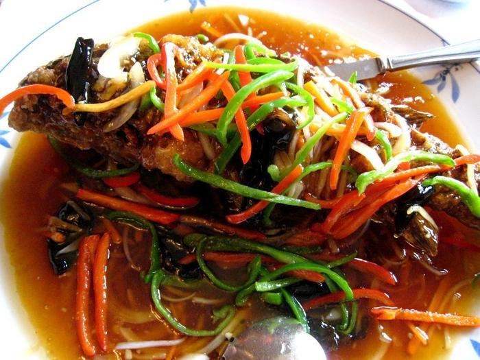 古き良き伝統を受け継ぐ本格的な北京料理が特徴。川魚の旨味を最大限に味わえる、鯉の丸揚げ甘酢葛かけもそのひとつです。